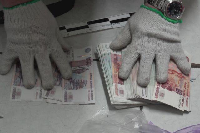 Откуда у простой уборщицы  наркотики и почти миллион рублей, задержанная объяснить не смогла.