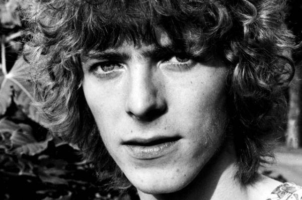 Выпустив в первые годы своей деятельности альбом David Bowie и несколько синглов, Дэвид Боуи тем не менее стал известен широкой публике лишь осенью 1969 года, когда его песня «Space Oddity» достигла первой пятёрки в британском хит-параде.