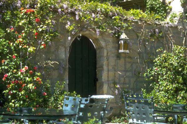 Из дома через секретную дверь можно выйти в сад.