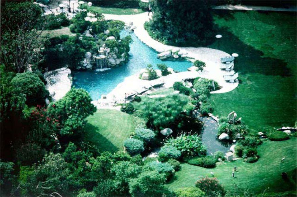 Вид сверху на бассейн, пруды, и грот.