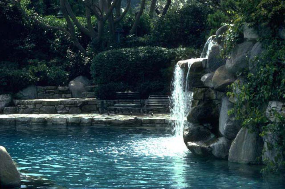 Над входом в грот расположен небольшой водопад.