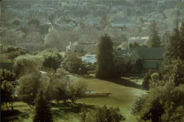 Площадь виллы составляет почти две тысячи квадратных метров, также она окружена двумя гектарами земли.