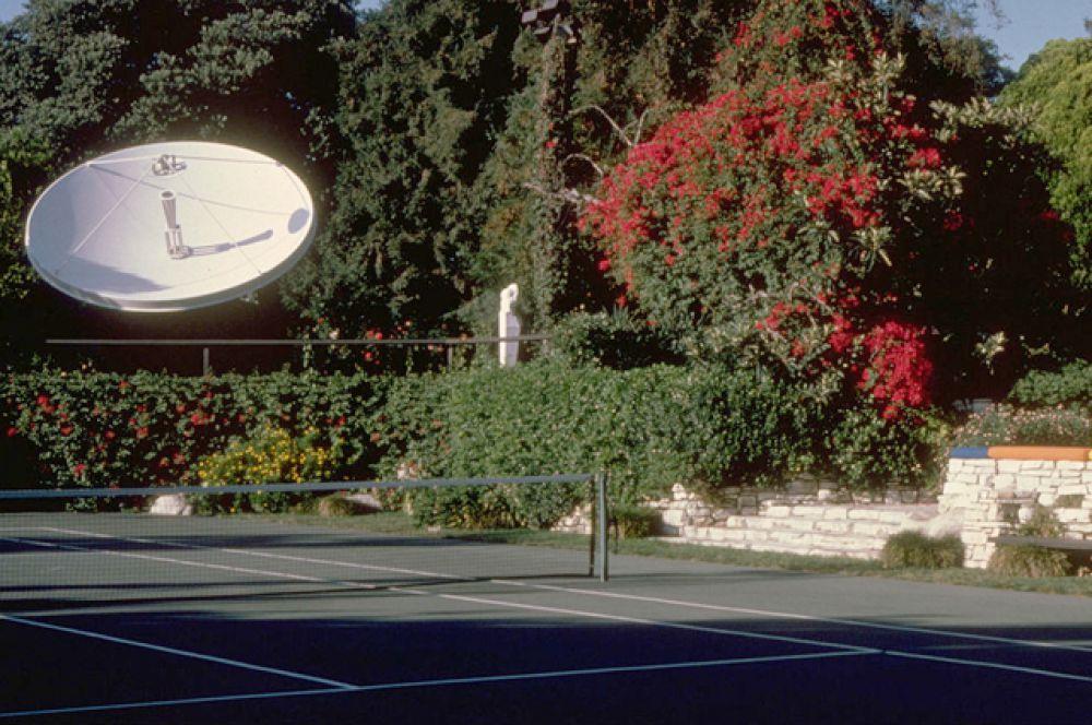 Теннисный корт с баром неподалеку.