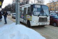 На остановках из-за сугробов пассажирам к транспорту почти не подойти.
