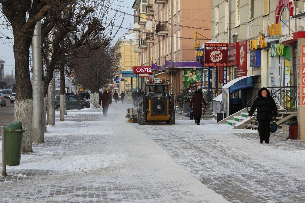 Рязань. Коммунальные службы расчищают улицы от выпавшего снега.