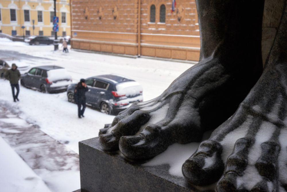 Скульптура атланта у входа в музей Новый Эрмитаж в Санкт-Петербурге.