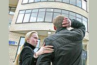 Цены на квартиры в городских новостройках тоже упали, но никто не ринулся раскупать жильё. Не по карману.