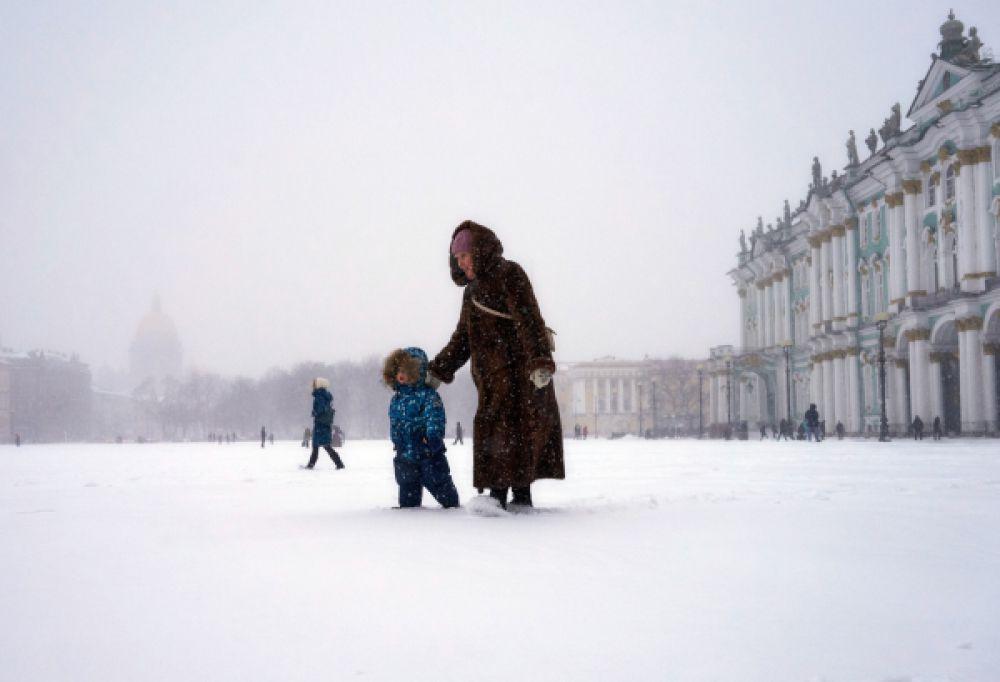 На Санкт-Петербург также обрушился сильный снегопад.