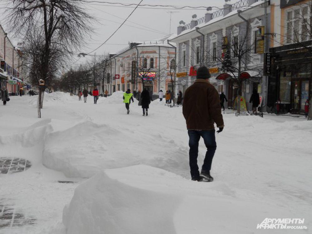 Снегом занесены улицы в Ярославле.