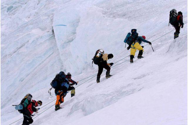 15:40 0 9  Спасатели приостановили поиски крымского альпиниста на ЭльбрусеПоисковые работы невозможны из-за нулев
