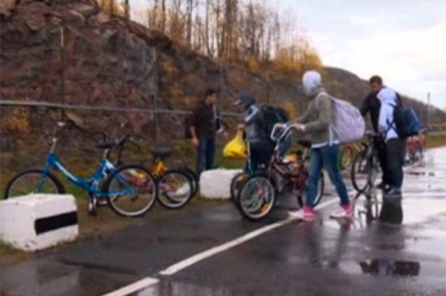 Беженцы с Ближнего Востока пересекают российско-норвежскую границу.