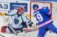 Александр Бумагин атакует ворота Георгия Гелашвили.