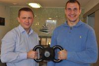 Мировой рекордсмен в гиревом спорте Иван Денисов оценил уникальную двуручную гирю Артёма Артемьева (на фото слева).