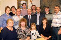 На этой общей фотографии семьи Хальзовых - Котляровых - Багрянцевых 5 человек - учителя. Татьяна Дмитриевна - старшая дочь родоначальника учительской династии (крайняя слева в нижнем ряду), а её внучка Алиса - будущий учитель (третья слева в нижнем ряду).