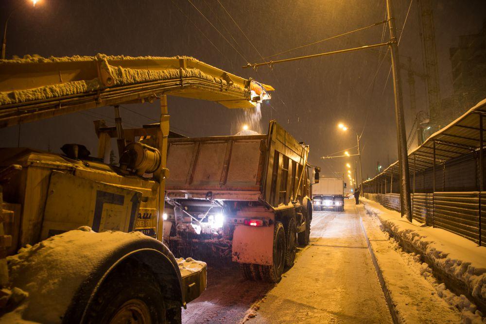 Далее приступают к вывозу снега с дорог первой категории, по которым ходит общественный транспорт и где много машин.