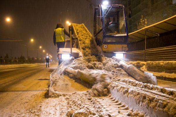 В период снегопадов на дорогах Казани дежурят 570 снегоуборочных машин - грейдеры, шнекороторы, снегопогрузчики и самосвалы.