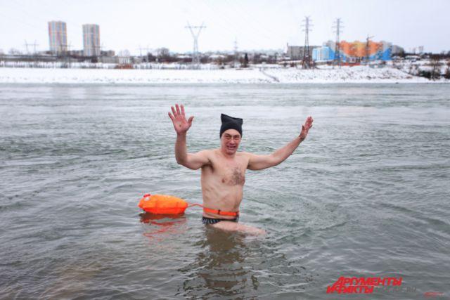 Виталий Панасюк переплывал Обь рядом с ГЭС.