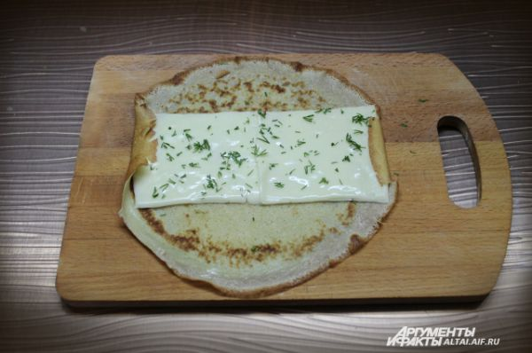Сыр посыпаем мелко рубленным укропом.