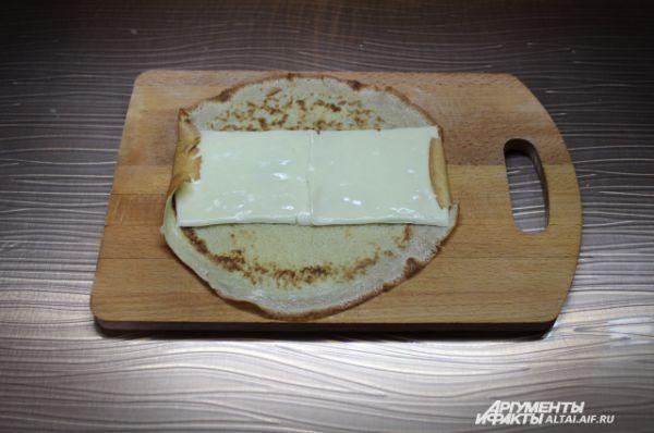На блин кладем две пластинки сливочного сыра.