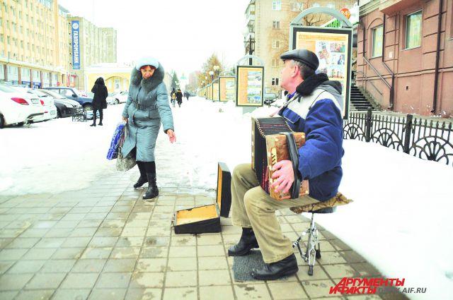 Веселя народ, гармонист наблюдает за людьми и видит много интересного.