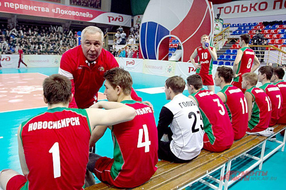 Пока болельщики аплодировали девушкам, наставники команд давали указания игрокам.