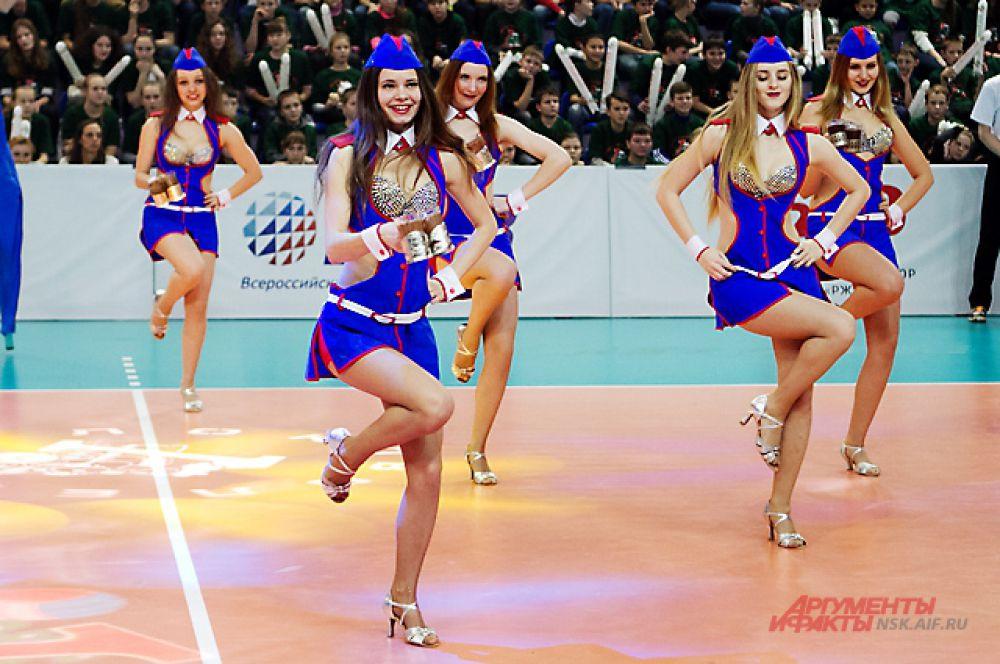 В перерывах девушки из группы поддержки создавали настроение праздника.