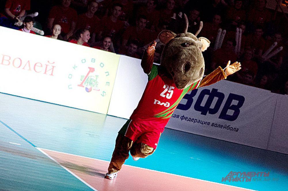 Всех собравшихся приветствовал талисман команды «Локомотив» - лосёнок.
