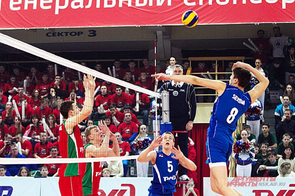 Но сербы сдаваться не хотели. После тайм-аута, который взял наставник сербов Владимир Васович, соперники выправили счет - 13:11.