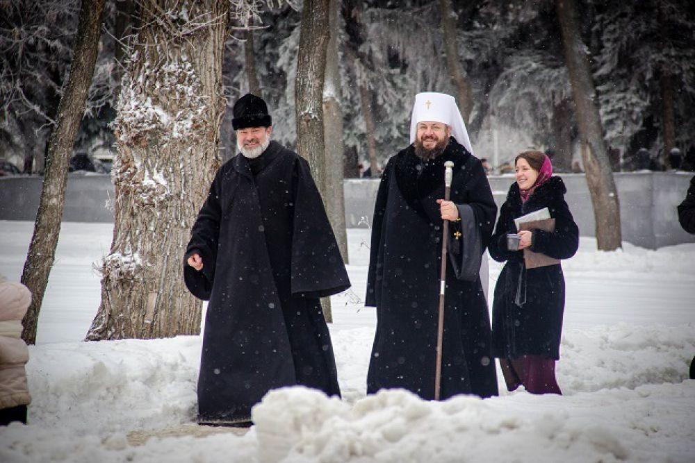 Владыка Серафим с протоиереем Яворским и регентом Кирой Аристовой.