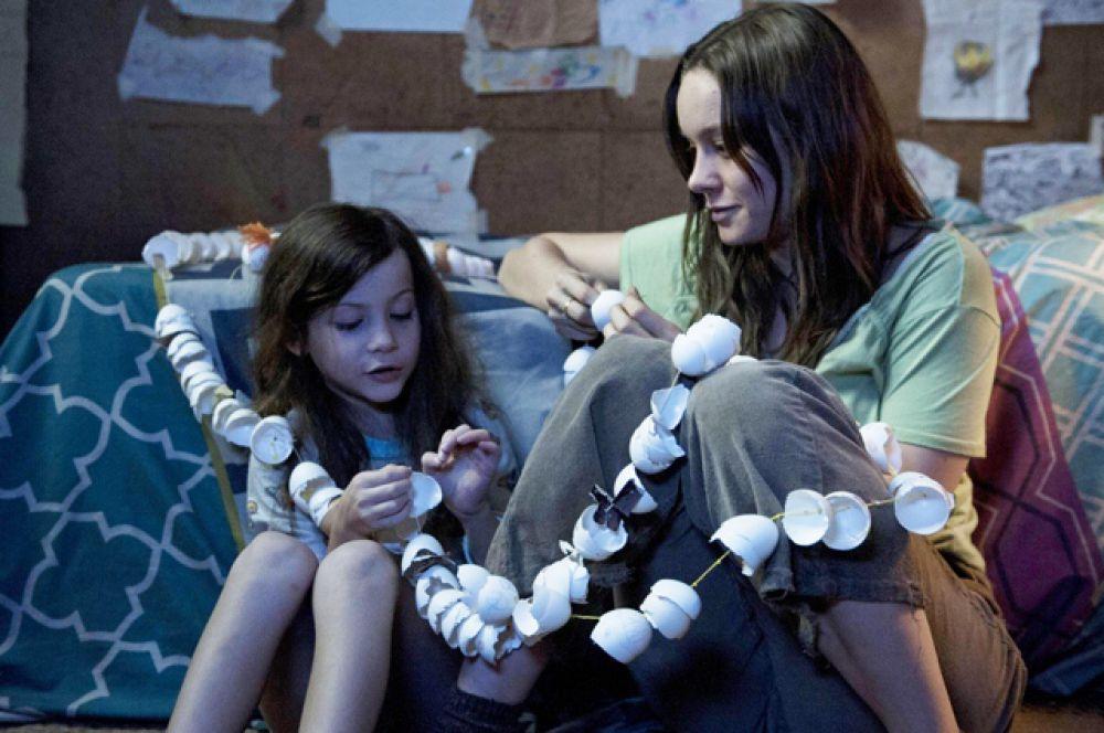 Лучшей актрисой была названа Бри Ларсон за роль в картине «Комната». Как и Ди Каприо Ларсон номинирована на предстоящий «Оскар».