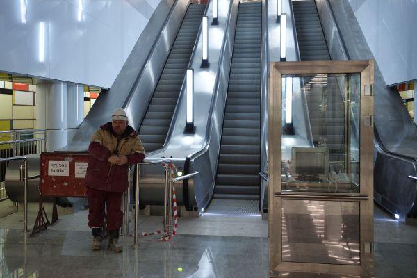 На платформе расположены четыре эскалатора для подъёма пассажиров в кассовые залы.