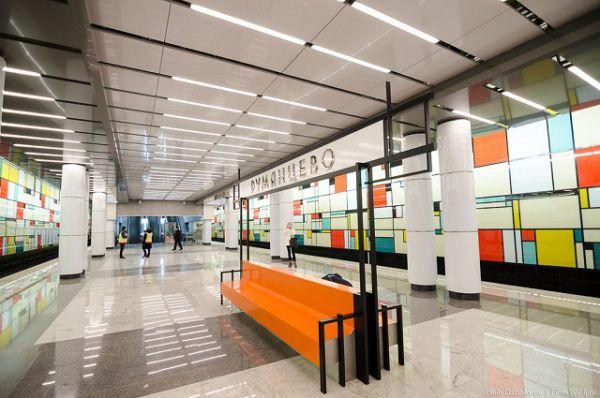 «Румянцево» — колонная трёхпролётная станция мелкого заложения с 10 рядами колонн, дублированными дополнительной опорой («сороконожка»). Подобный проект впервые осуществляется в московском метро.