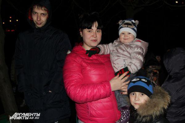 Многие пришли семьями, с маленькими детьми.