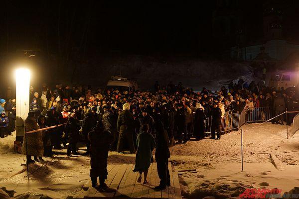 Вблизи были размещены палатки, где люди переодевались и грелись.