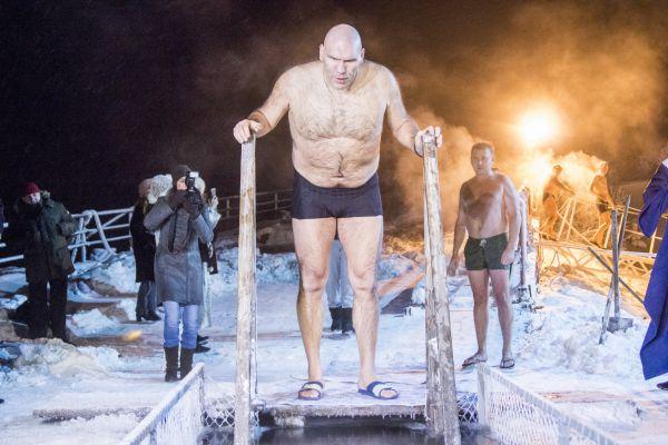 Журналистам Валуев рассказал, что купался и при более низких температурах
