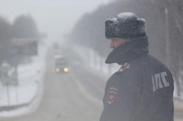 Сотрудники ГИБДД помогут замёрзшим на дороге автолюбителям.