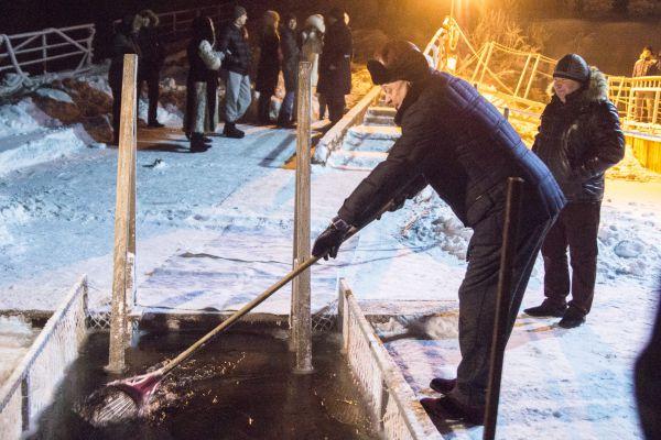 Президент Международной федерации бенди Борис Скрынник убирает намерзающий в проруби лед