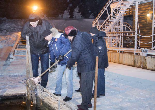 Перед купанием Валуев зачем-то внимательно осмотрел прорубь