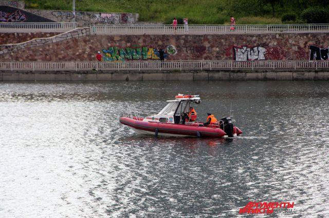 Спасательный катер на Абаканской протоке Енисея.