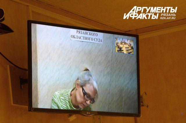 Татьяна Бобро подробно записывает все за судьей и прокурором.