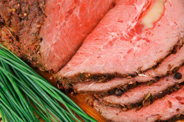 Буйволятина. Если говядина несет в себе отпечаток развитой индустрии, то буйволы – совсем другое дело. Их мясо гораздо полезнее, чем говядина, хотя по вкусу и виду – практически не отличишь. В нем гораздо больше жирных кислот, а вот холестерина в разы меньше. Еще в буйволином мясе есть линолевая кислота— она снижает риск развития рака и препятствует распространению раковых клеток.