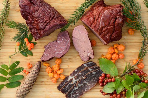 Медвежатина. Охотиться на медведей непросто, а некоторые виды и вовсе занесены в Красную книгу. Поэтому мясо это не из дешевых. Хотя оно очень полезно. Ведь медведь спит в зимний период, а следовательно ему нужно накопить питательные вещества для этого времени. Поэтому в его мясе очень много пользы: витамины группы B, железа и цинка. Мясо медведя довольно жесткое, жирное и сладковатое – на любителя.