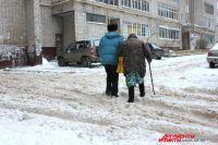 После обильных снегопадов на улицы Омска выходило менее 400 снегоуборочных машин при норме - 1000.