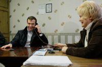 23 ноября 2010 года. Президент РФ Дмитрий Медведев разговаривает по телефону во время посещения офиса товарищества собственников жилья «Перекресток» в Сыктывкаре.