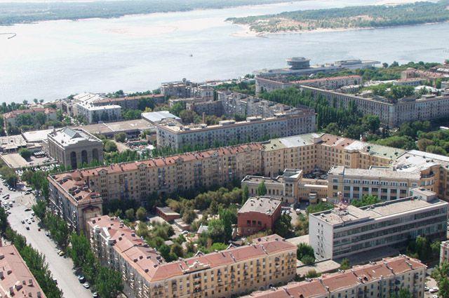 Вид на Центральный район Волгограда из вертолёта. В центре — квартал с центральным универмагом.