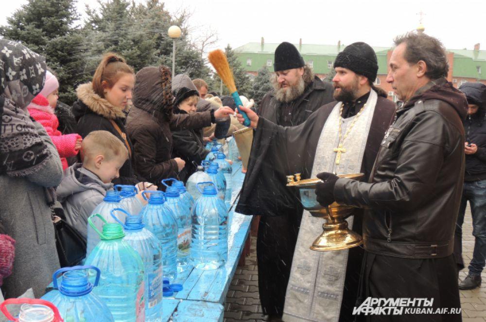 Освящение воды на подворье храма Рождества Христова.