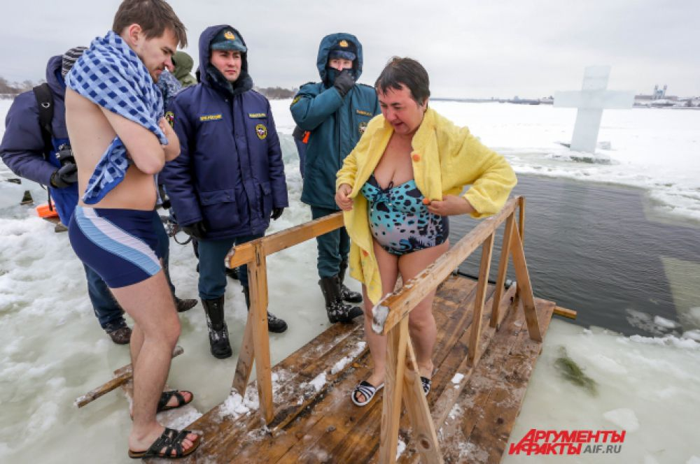 Сразу после купания нужно надеть чистую одежду и выпить горячего чая.
