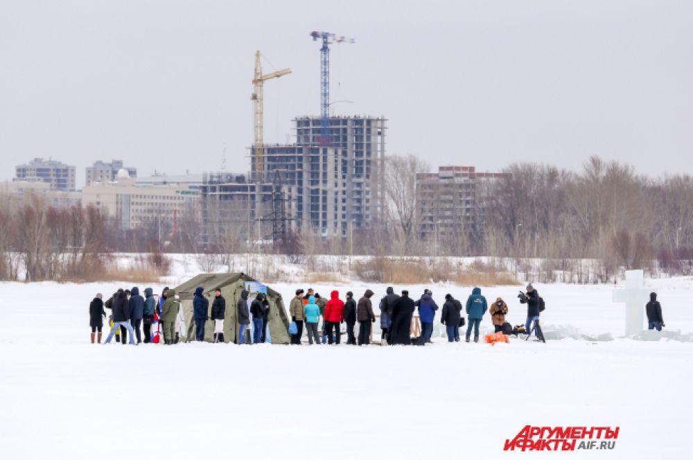 Несколько десятков желающих окунуться пришли утром 19 января к храму-памятнику на воде.