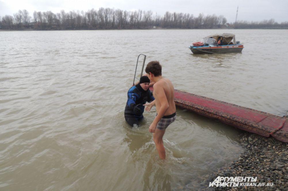 За безопасностью купающихся в воде и на берегу следили спасатели и водолазы.