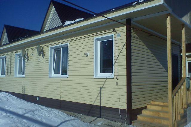 Снаружи дом выглядит вполне прилично. Но внутренние стены все в трещинах.